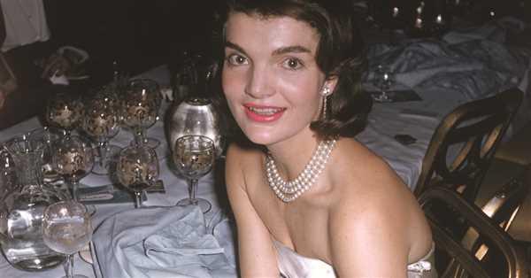 Trajes de Chanel, Balenciaga y Givenchy 'made in America', manguitos de marta cibelina y sombreros 'pillbox': cómo -y quién- convirtió a Jackie Kennedy en la primera dama más elegante de la historia
