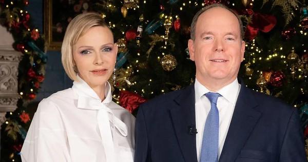Con un solo pendiente y blusa blanca con lazo: Charlène de Mónaco acompaña al príncipe Alberto en la felicitación de Año Nuevo