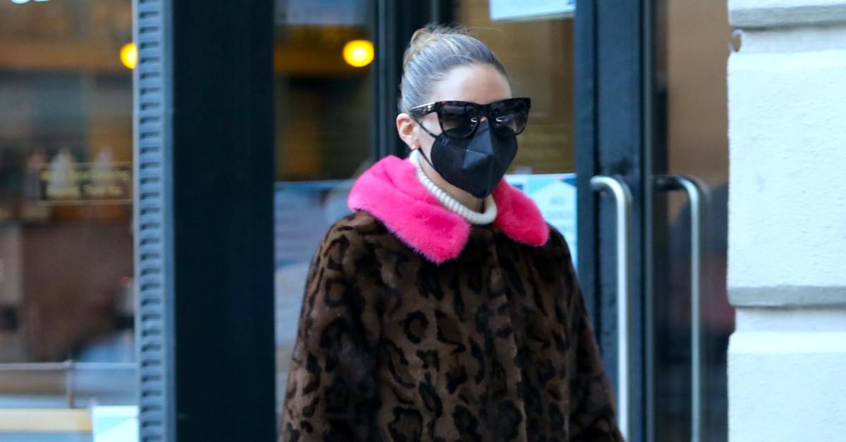 El 'look' más 'sixties' de Olivia Palermo: botas de charol de Dior con suela track, abrigo de leopardo con cuello flúor y bolso de Delvaux