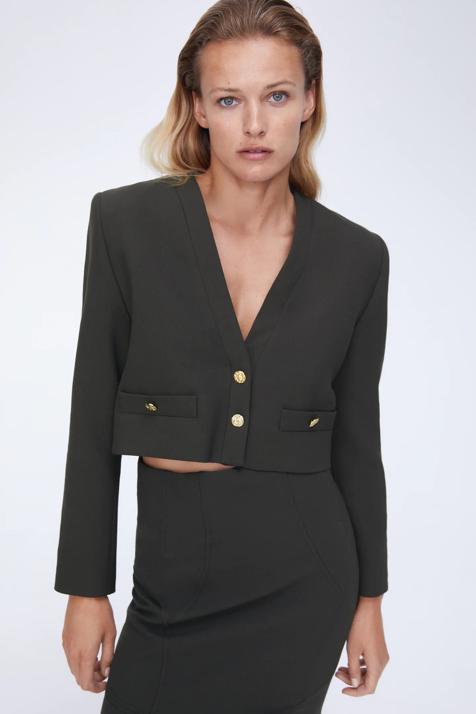 Necesitamos esta blazer cropped baratísima de Zara que hace tipazo y que combinaremos con todo esta primavera ¡Palabra de Tamara Falcó!