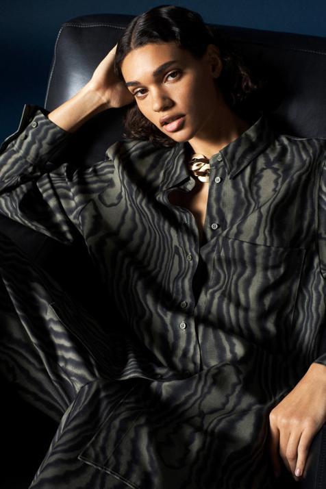 La blusa con el estampado más original y elegante del invierno está confeccionada con un tejido sostenible y tiene mil formas para combinarla