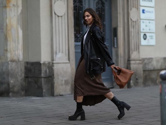Estas faldas midi estampadas de las rebajas de Lefties sientan genial con cualquier jersey de punto y además cuestan menos de 4 euros