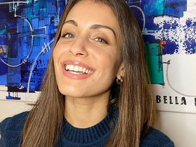 El nuevo flequillo desfilado de Hiba Abouk es el más ligero y fácil de llevar: además rejuvenece y disimula la frente ancha