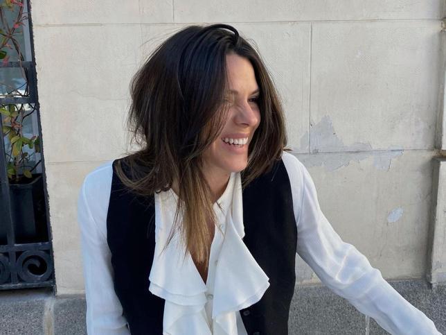 Chaleco rebajado de Massimo Dutti y vaqueros de Zara que estilizan: El look de diez de Laura Matamoros