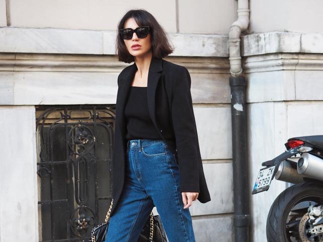 Looks con blazer negra y pantalones vaqueros que demuestran que es la fórmula perfecta para arrasar