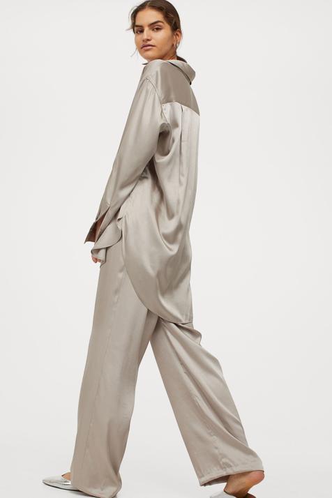 Descubre todo lo que el satén puede hacer por ti, con este favorecedor conjunto de pantalón y camisa de H&M