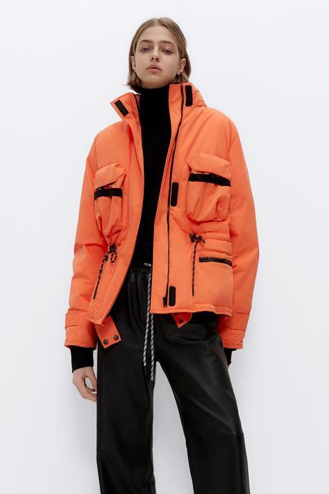 Naranja, con relleno de plumas y con mucho estilazo: la nueva parka de Uterqüe quiere ser tu primer capricho del año