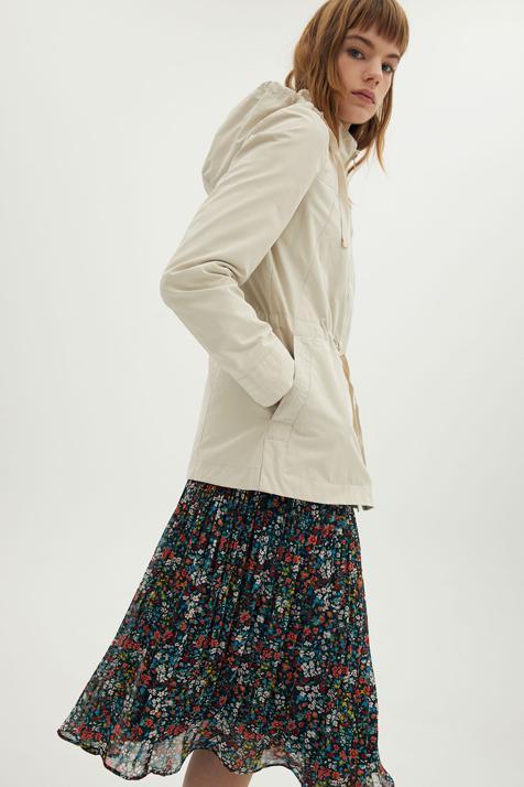 Combina la parka con un vestido de flores y adelántate a las tendencias de primavera