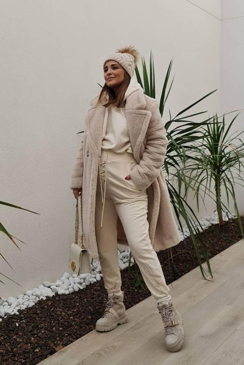 Con un abrigo de borrego de Primark de 40 euros, así combate las bajas temperaturas Paula Echevarría