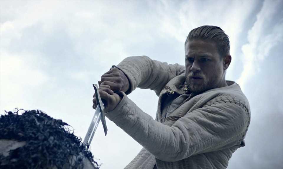 Charlie Hunnam reclama el trono en 'Rey Arturo: La leyenda de Excalibur'
