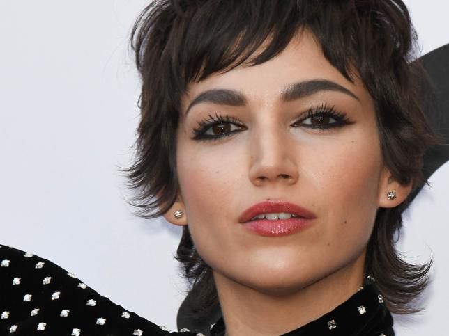 Úrsula Coberó retoca su nuevo corte de pelo mullet con flequillo con unas mechas rubias oscuro que serán tendencia esta primavera