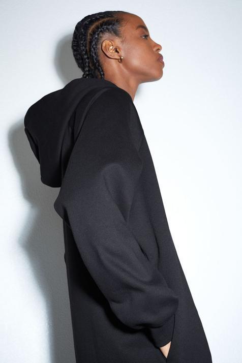 A medio camino entre una sudadera y un vestido, esta prenda está a punto de convertirse en tu comodín de estilo imprescindible
