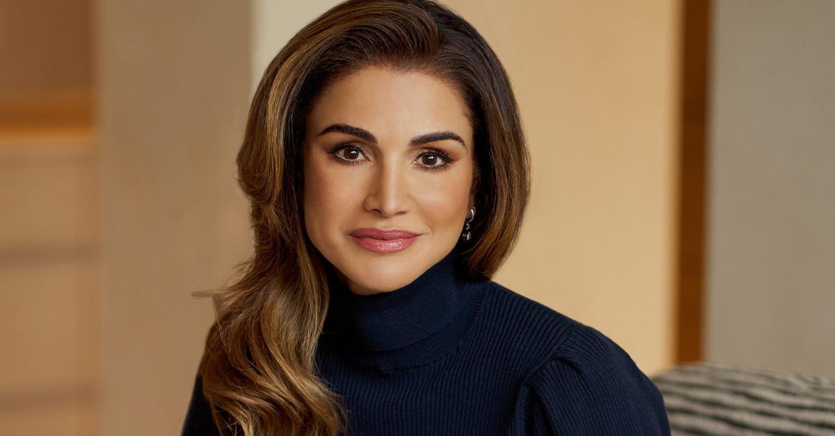 Rania de Jordania reaparece con el vestido de estilo camisero perfecto