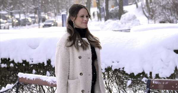 Abrigo blanco de borreguito y pendientes punk: Sofía de Suecia sorprende en la recta final de su embarazo