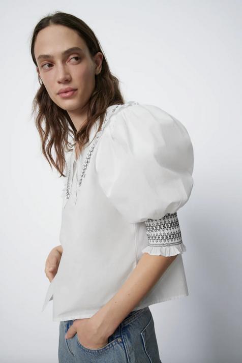 Se confirma, la prenda que no puede faltar en tu armario esta primavera es una blusa con aplicación de nido de abeja