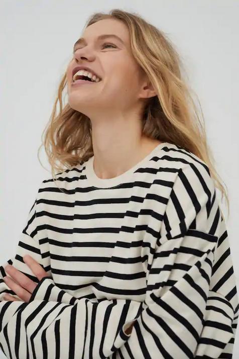 Pull&Bear tiene la camiseta con estampado de rayas perfecta que no te vas a dejar de poner (y también lo puedes encontrar en versión top)