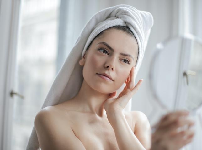 Manual de uso del tónico: para qué sirve, cómo se aplica y cuál elegir según tu tipo de piel este producto esencial de belleza que ilumina, rejuvenece, equilibra, alisa y eleva justo después de la limpieza