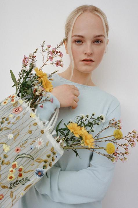 Este bolso de tul y flores de Zara es tan romántico que nos ha enamorado para llevar con todo esta primavera
