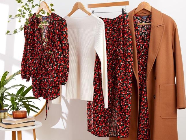 Prendas de flores en rojo, top blanco y un abrigo marrón: así es la combinación ganadora de Primark para esta temporada
