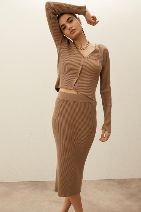 Tú también vas a caer rendida ante este conjunto de H&M formado por cárdigan y falda midi de canalé en color beige
