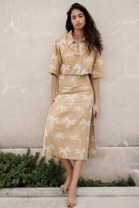 De lino y con palmeras bordadas: el conjunto de camisa y falda midi de Zara es todo lo que querrás esta primavera