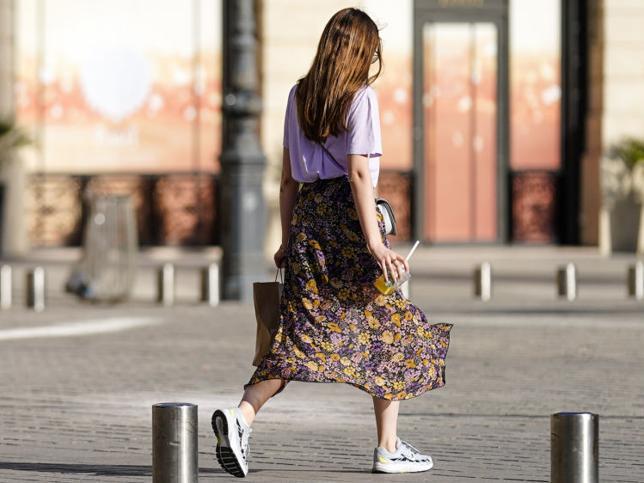 Esta falda midi de Lefties muy barata es perfecta para llevar con zapatillas o botines en primavera