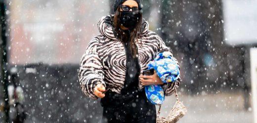Irina Shayk y el look con plumífero y bolso de cebra a juego