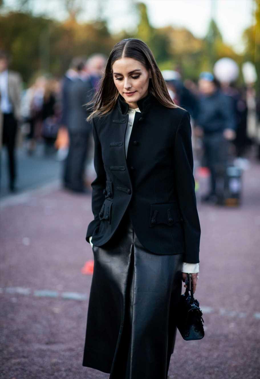 Olivia Palermo apuesta por una falda negra midi de charol