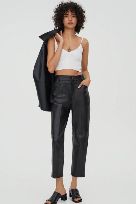 De piel en color negro y de edición limitada: así son las prendas que arrasan esta temporada entre las perchas de Pull & Bear