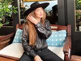 El truco definitivo de las influencers para que los looks no resulten básicos ni aburridos: añadir un sombrero de ala (barato y fácil)