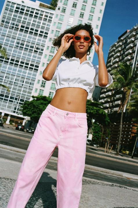 Corre a por los vaqueros rosas que Zara ha lanzado en su nueva colección: se agotan con solo mirarlos