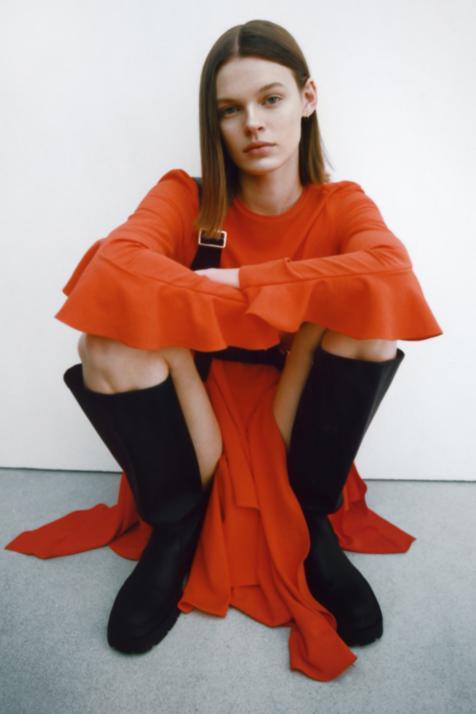 No busques más: este vestido midi rojo con volantes de Zara es la prenda más bonita con la que preparar tu armario para la primavera