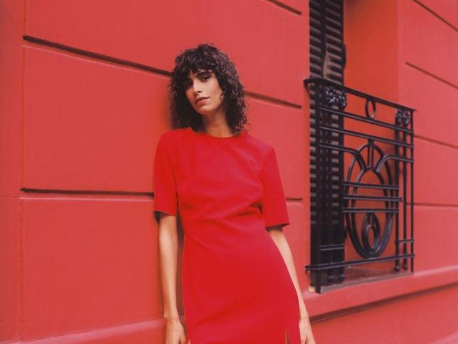 El vestido rojo definitivo es este midi y low cost que acaba de llegar a Zara y ya se está agotando