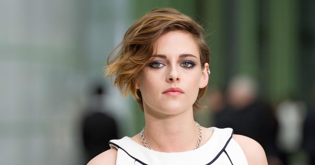 Mirada, sonrisa y hasta anillo de pedida: Kristen Stewart, clavada a Lady Di en una nueva foto del rodaje de su 'biopic'