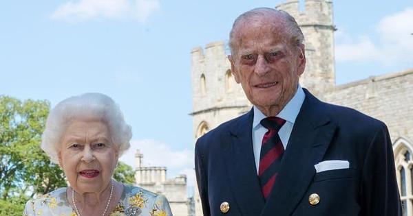Una carta y un gran ramo de flores: Isabel II da las gracias al hospital donde estuvo un mes ingresado su marido Felipe