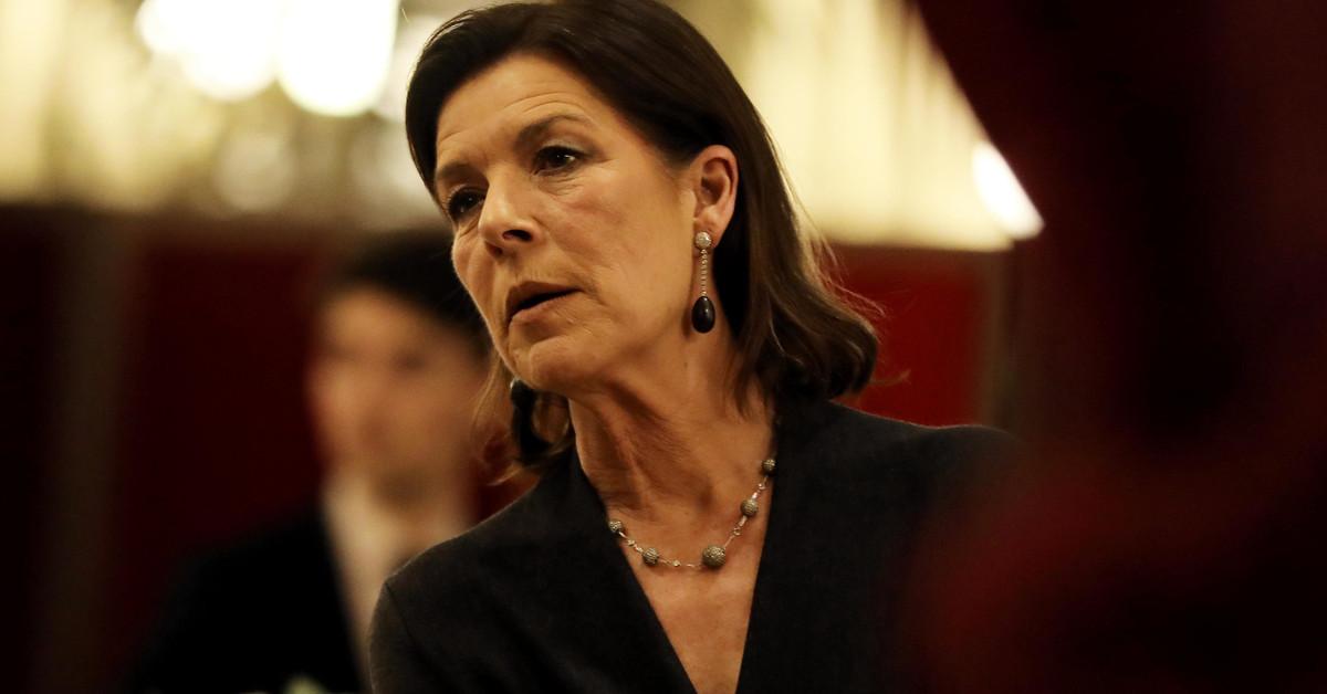 Carolina de Mónaco reaparece tras la condena a Ernesto de Hannover: chaqueta de 'tweed', bolso verde de Chanel y canas al natural
