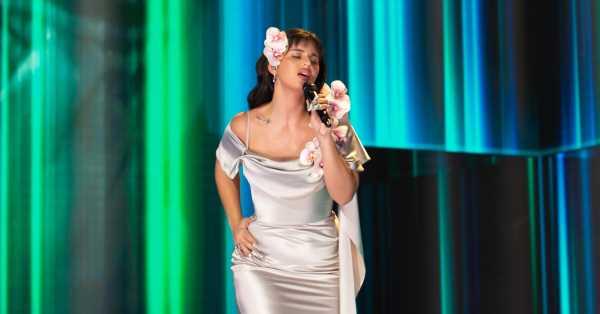 Nathy Peluso renueva 'La Violetera', un cuplé que cantaron Raquel Meller, Sara Montiel o Montserrat Caballé
