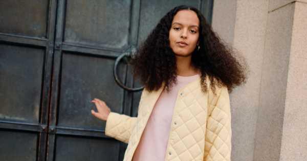 Las chaquetas de entretiempo que serán tendencia en primavera 2021: gabardina retro, chubasquero o chaqueta acolchada