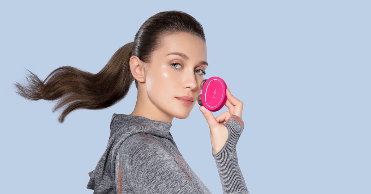 Rutina de ejercicio facial para combatir la flacidez con BEAR de FOREO