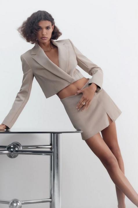 La blazer cropped de Zara que no es como las demás y que te vas a poner como si no hubiese otra