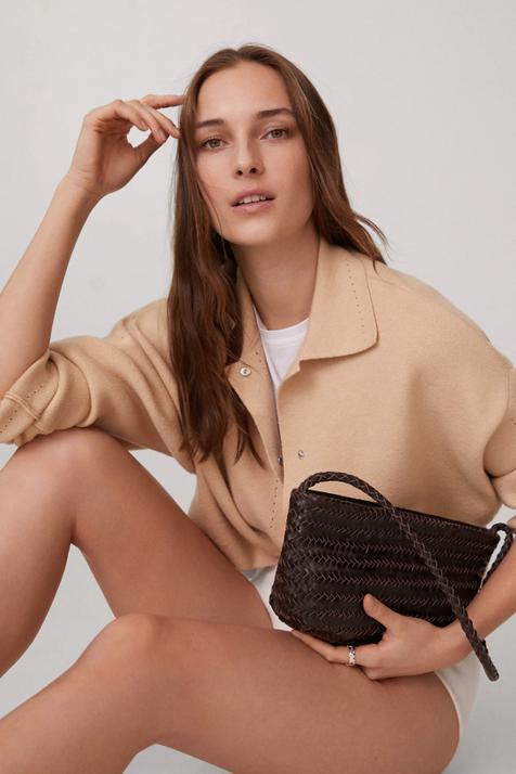 Marrón y trenzado, la tendencia de los bolsos perfecta para tus estilismos primaverales en blanco
