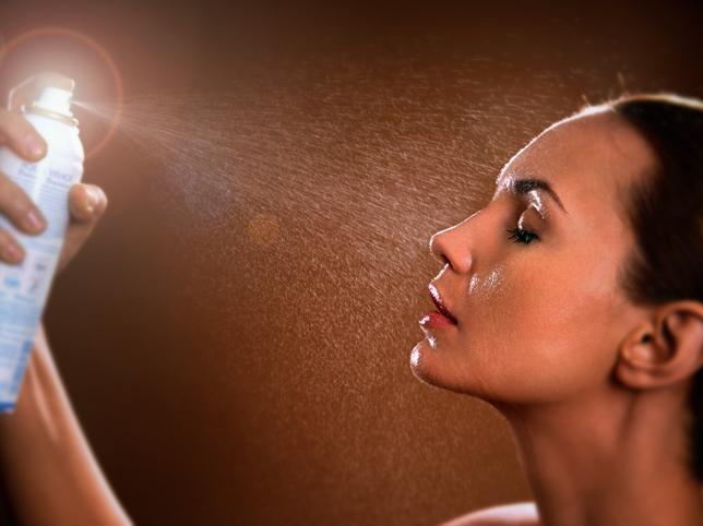 Manual de uso de la bruma facial: Qué son, para qué sirven, cuándo se aplican y las mejores para hidratar tu piel y conseguir un efecto refrescante