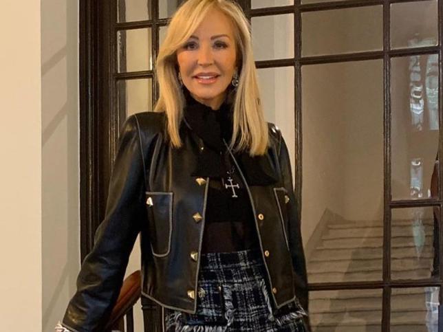 Carmen Lomana se atreve con un vestido de corte midi con abertuta lateral, la tendencia más sexy del momento que estiliza y rejuvenece