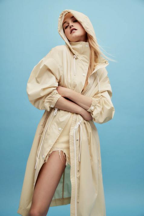 El nuevo chubasquero de Zara es tan bonito que va a hacer que incluyas esta prenda en tus estilismos y quieras una primavera lluviosa
