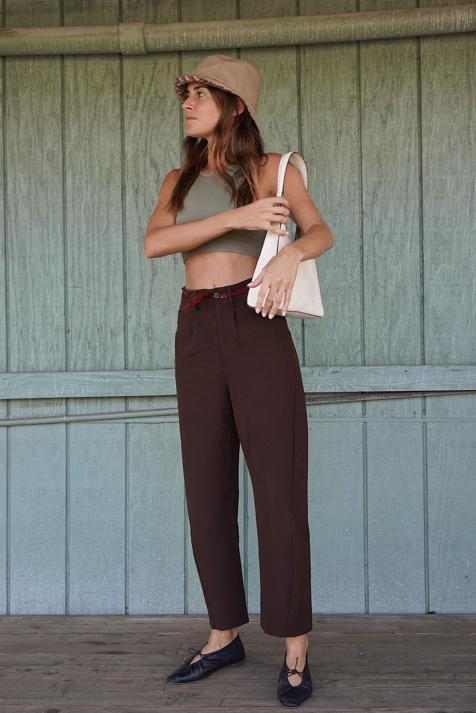 Los pantalones de la nueva colección de Zara que cuestan menos de 20 euros, estilizan, pegan con todo y puedes llevar con camiseta blanca