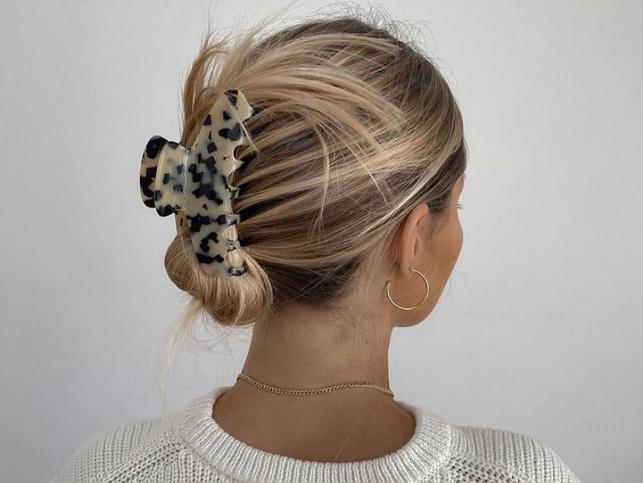 Una pinza y un minuto: esto es todo lo que necesitarás para hacerte el peinado más fácil, rápido y de moda de la temporada