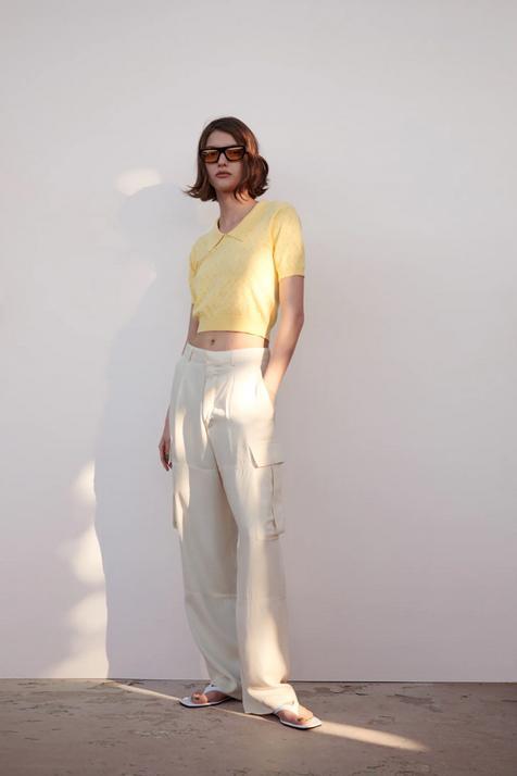 Mete un polo de punto amarillo en tu armario y hazte con la prenda que te va a salvar más de un estilismo