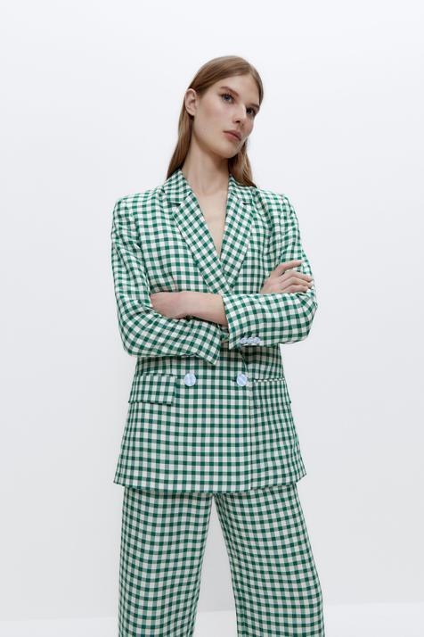 Si buscas un traje original y con personalidad no puedes dejar escapar este de Uterqüe con el estampado estrella de la primavera