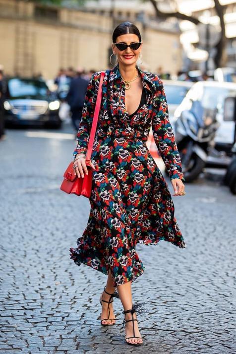 Apuesta por los vestidos estampados cruzados de diseño largo y estiliza tu figura con mucho estilo