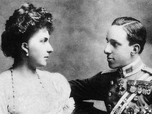 El matrimonio de Alfonso XIII y Victoria Eugenia de Battemberg: una historia de amor, infidelidades, tragedias y escándalos que acabó en el exilioy en un mar de indiferencia